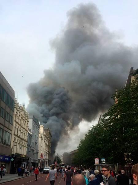 Incendio Primark Belfast humo